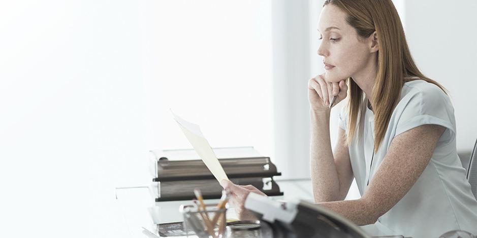Atradius Kreditversicherung - businesswoman reading document