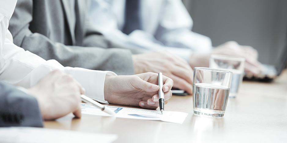 Atradius Kreditversicherung - Discussing figures in business meeting
